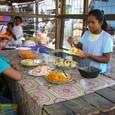 港町の市場の食べ物屋